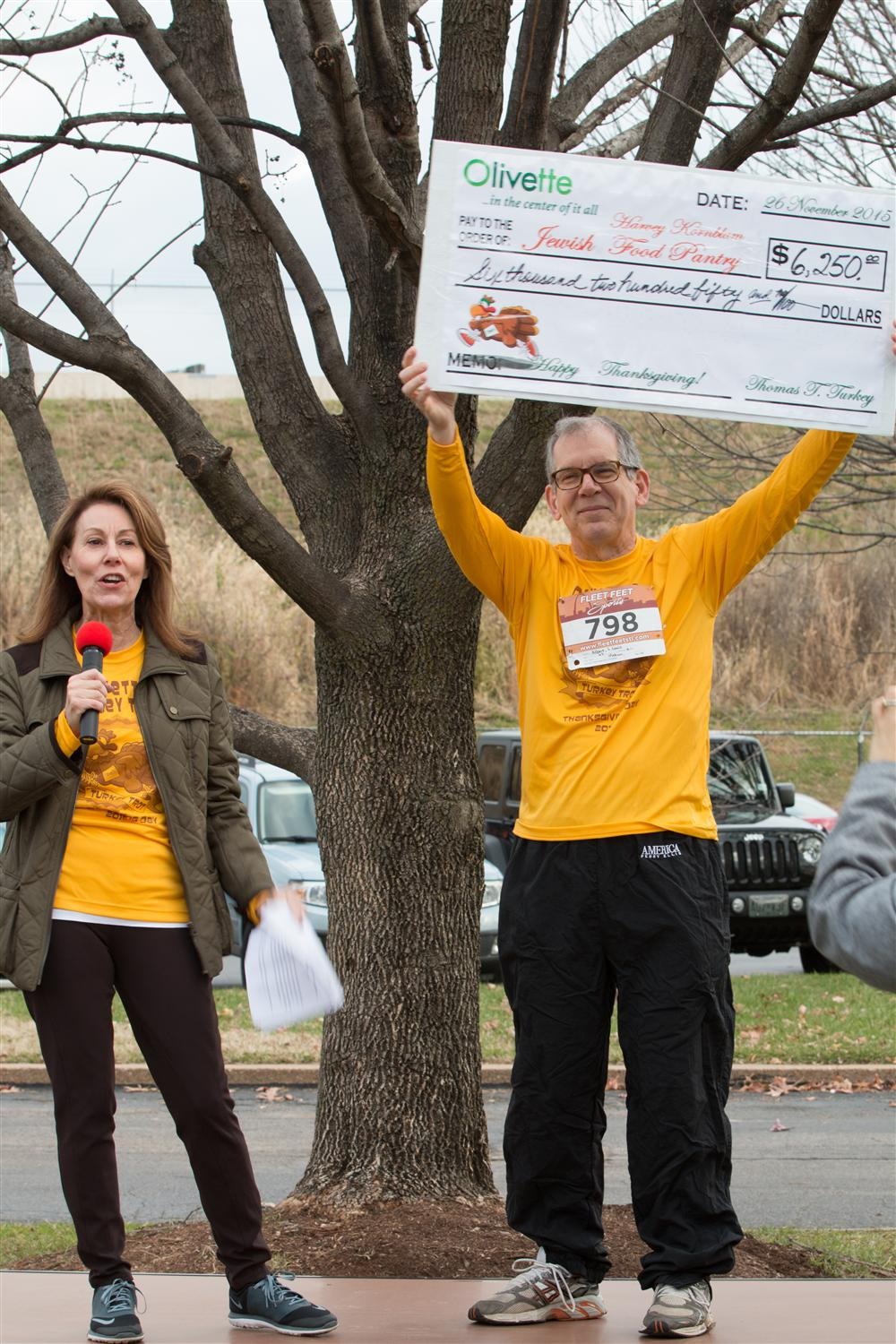 Turkey Trot Presenting Check to Jewish Food Pantry